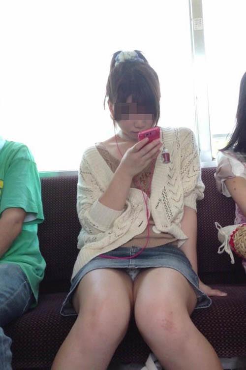 【パンチラエロ画像】通勤通学時の密かな楽しみ?電車内パンチラ撮り!
