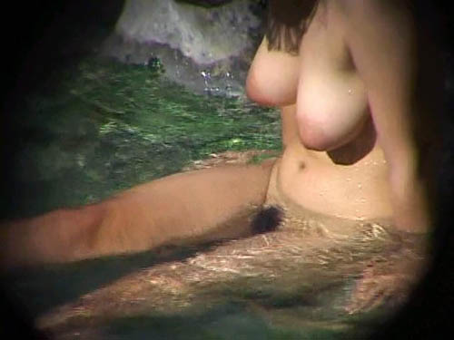 これはシコwデカ乳輪で垂れ巨乳、ザ・えっちwな巨乳素人さん、露天風呂で盗撮されるwwww