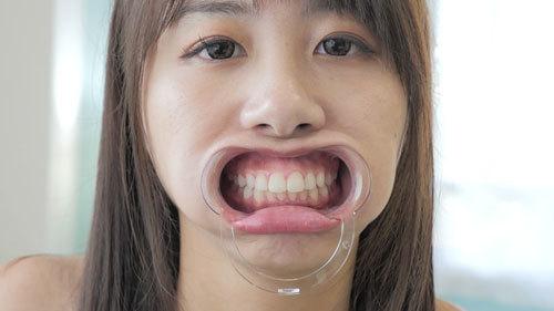 【愛里るい】開口器で強制的に口腔観察!唇、歯、歯茎、舌、のどちんこ、唾液の様子を4K高性能カメラで捉えた口内フェチ映像