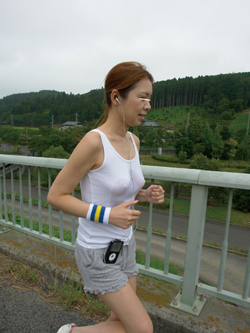 """ノーブラ女さん、そのままマラソンしておっぱいが""""ゆっさゆっさ""""しちゃうwwwww(エロ画像)"""