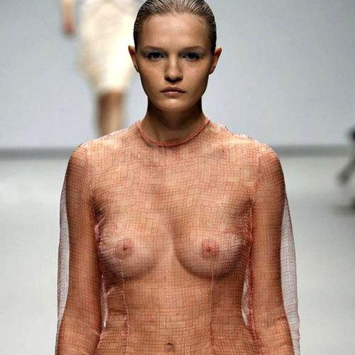 ファッションショーでおっぱい見せてるモデル♪
