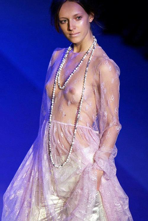 ファッションショーでおっぱい見せてるモデル2