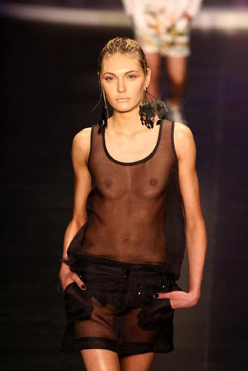 ファッションショーでおっぱい見せてるモデル9