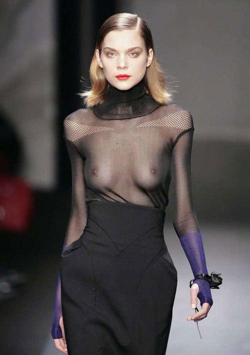 ファッションショーでおっぱい見せてるモデル14