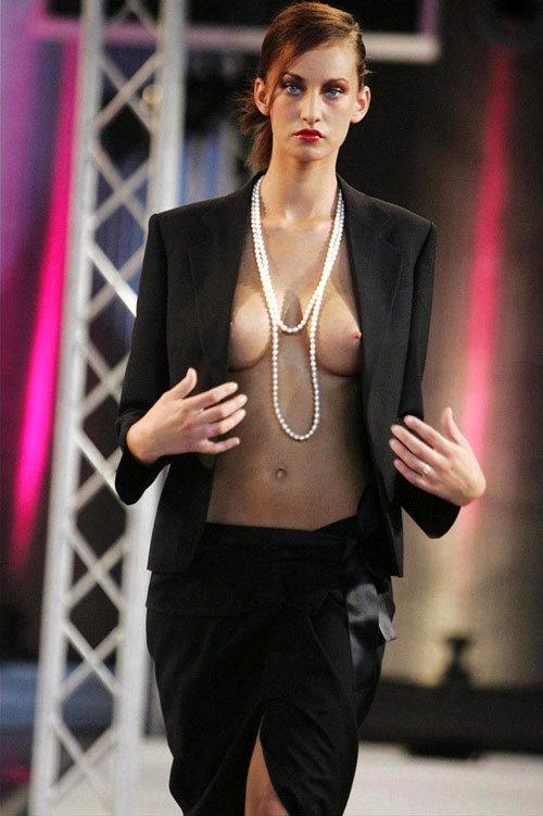 ファッションショーでおっぱい見せてるモデル20