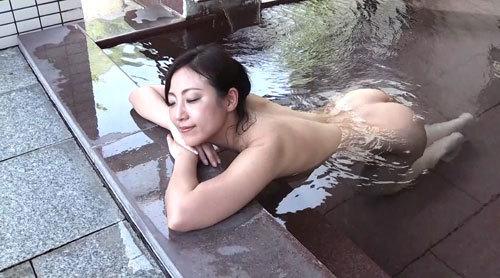 のんびりと温泉を楽しむ美女たちの無防備な裸体!濡れた柔肌から溢れる艶香