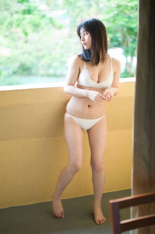 大久保桜子のビキニからこぼれそうなおっぱい4