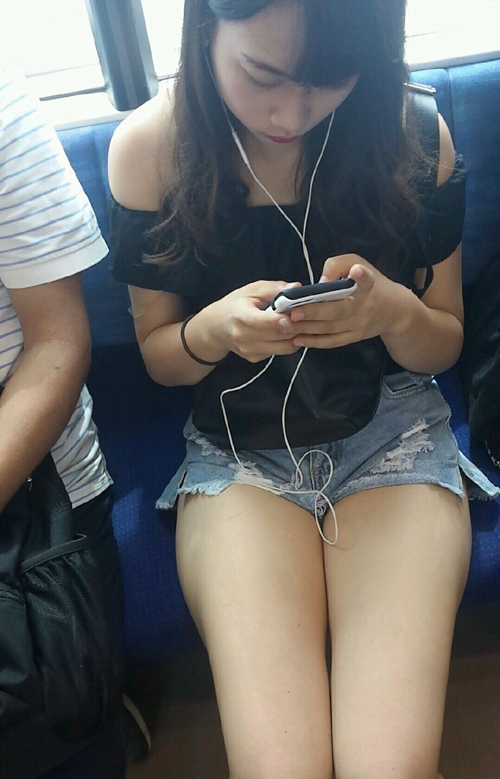 【画像】電車にエッチザセックスの女子大生いたwww