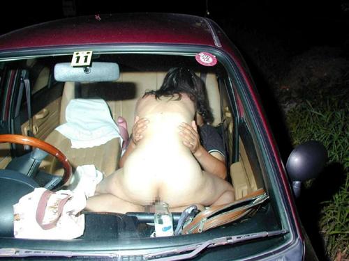 素人カーセックス!車内で完全に挿入しちゃってる画像20枚