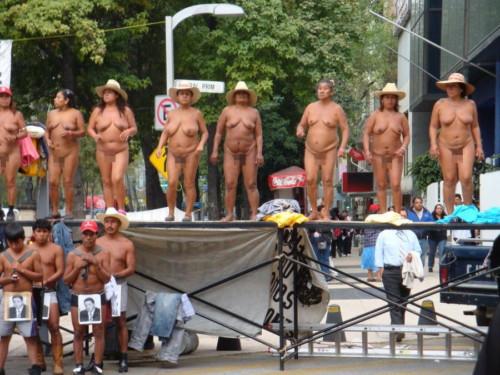 海外で全裸デモとかいう警察官も困惑する現場wwwwwwwwwwww