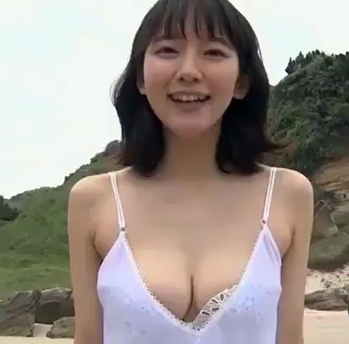 女優の吉岡里帆のもうちょいで乳輪が見えそうなセクシーGIFwww