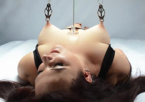 海外のSMの責め方で乳首を引っ張るとかいう謎プレイがコチラwwwwwwwwwwwwwww