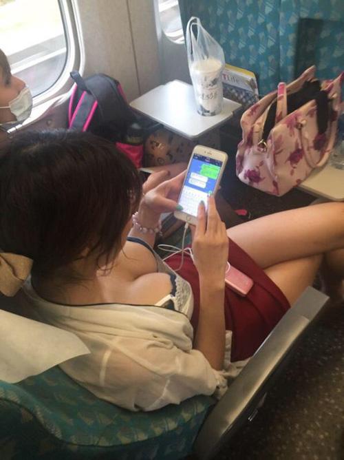 電車の中でみかけたすげーエッチなおっぱい…無自覚な仕草がたまらない素人の胸チラ画像(画像17枚)