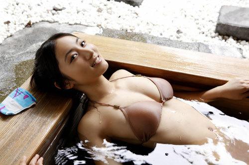 紗綾Gカップのおっぱいがビキニから零れそう19