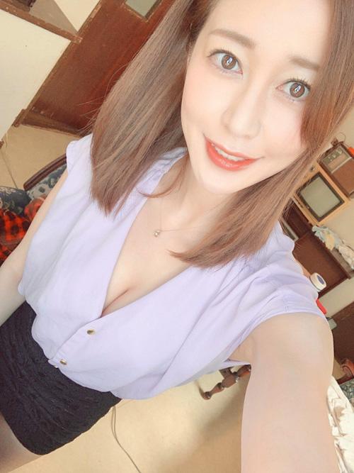 篠田ゆうさん、2人だけのオフィスで全裸セックスしてしまう。