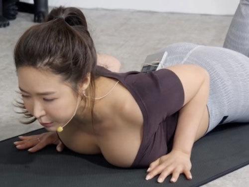 韓国美女のノーブラヨガ運動が卑猥
