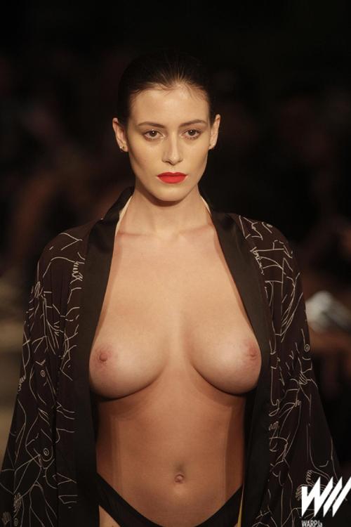 巨乳のファッションモデル、Alejandra Guilmant がオッパイ丸出しでプルンプルンさせてファッションショーのウォーキングをしてるセクシーGIFや動画www