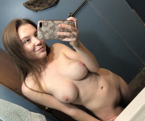 イタリアの女の子『アイデル』の乳首がすごいピンク色してる…