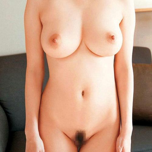全裸でおっぱいとマン毛まで丸出しですっぽんぽんのお姉さんがエロ過ぎ