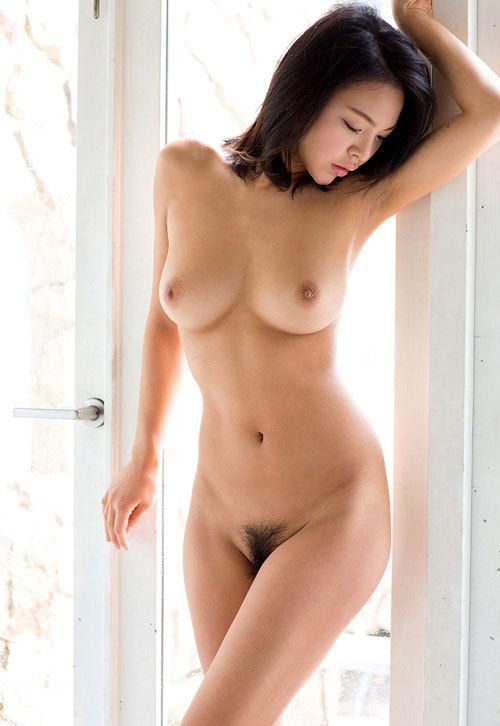 全裸でおっぱいとマン毛を見せつけるお姉さん23