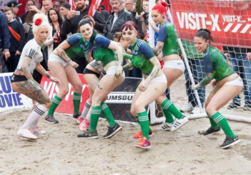 よく見ると上半身ペイントでサッカーをしているまんさん達が完全に痴女な件wwwwwwwwww