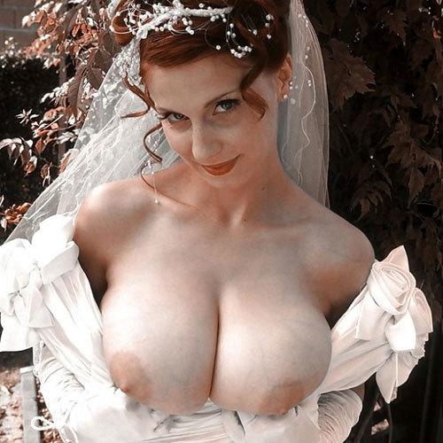 ウエディングドレスでおっぱい丸出し花嫁さん♪