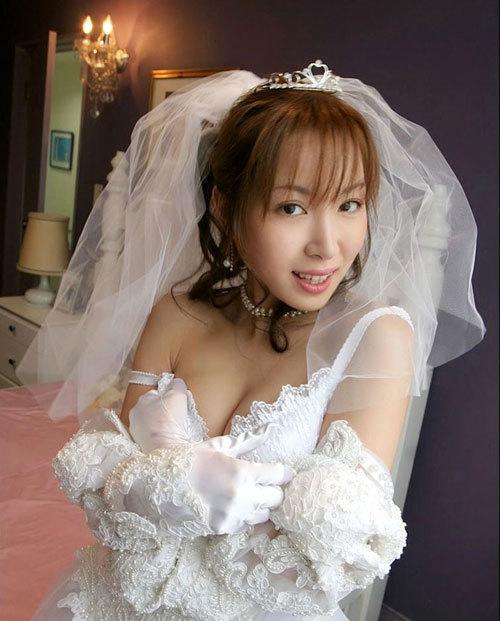 ウエディングドレスでおっぱい丸出し花嫁さん2