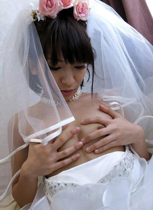 ウエディングドレスでおっぱい丸出し花嫁さん4