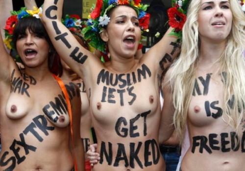 海外の抗議デモに参加した女性がなぜかおっぱい出してるんだがwwwwwwwwwwww