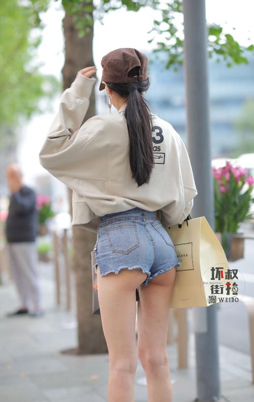 街中でハミ尻してるちょいエロ画像www