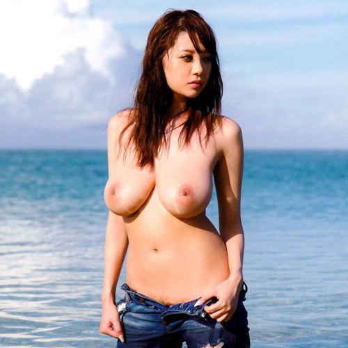 海でおっぱい丸出しのお姉さんを早く見たいね
