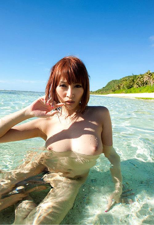 海でおっぱい丸出しのお姉さんを早く見たいね4