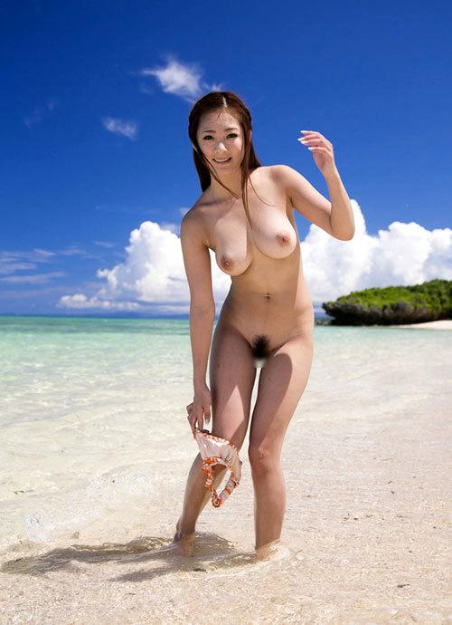 海でおっぱい丸出しのお姉さんを早く見たいね17