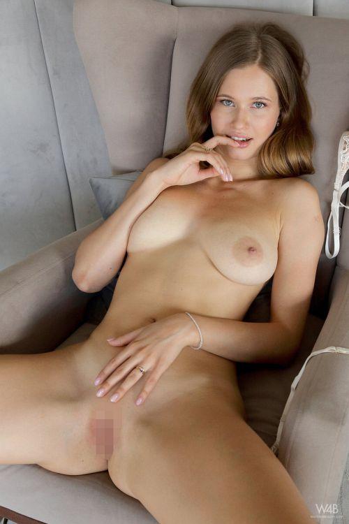 透け透けブラ取ったら、見事に垂れた巨乳輪おっぱいがあらわれた!顔は少女で乳は熟女、ウクライナ美女のヌードグラビアww # 外人エロ画像と動画