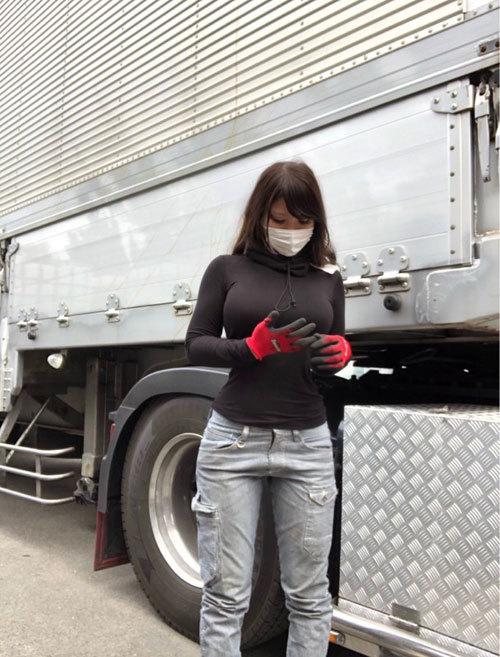 【画像】巨乳トラック運転手、エチエチすぎる