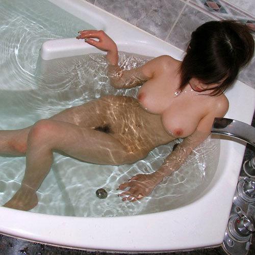 お風呂で湯船につかってるお姉さんのおっぱい♪
