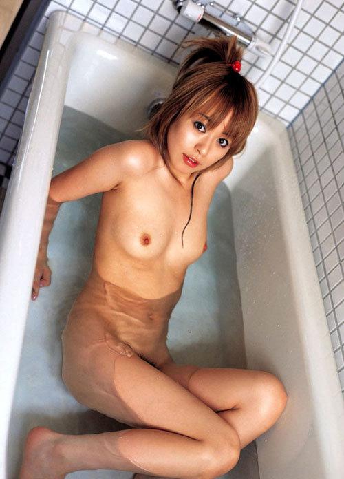 お風呂で湯船につかってるお姉さんのおっぱい10
