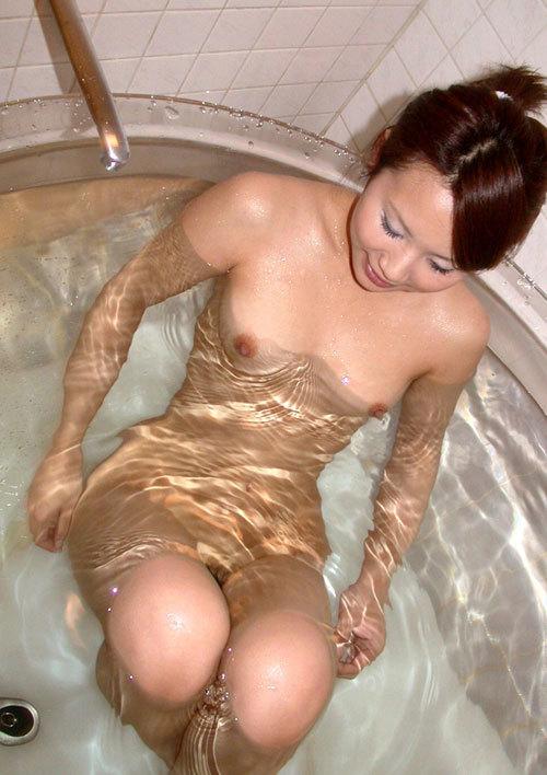 お風呂で湯船につかってるお姉さんのおっぱい18