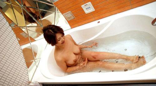 お風呂で湯船につかってるお姉さんのおっぱい24