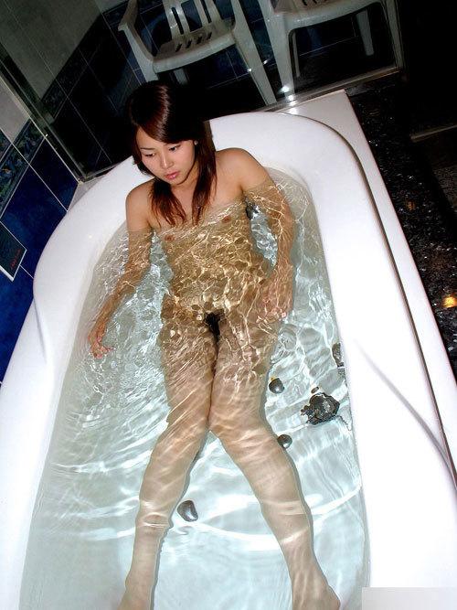お風呂で湯船につかってるお姉さんのおっぱい29