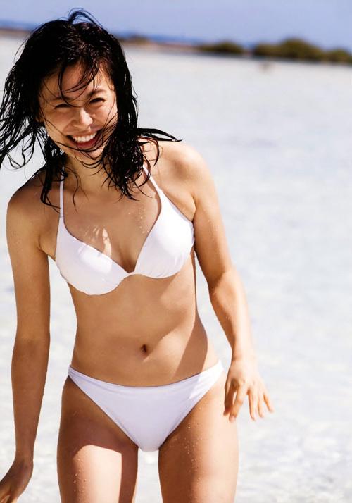 女優の本仮屋ユイカのちょっとプックリしてる股間がエロい水着画像www