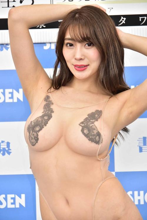 エロすぎるグラビアアイドル森咲智美が具がはみ出そうな水着で新作イメビをPRしてたぞ!