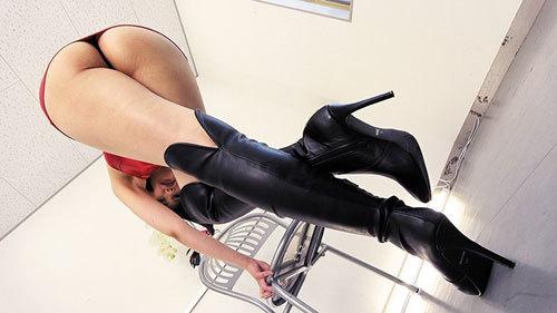 【桐山結羽/七海ゆあ/小春】ニーハイロングブーツでオチンチンを虐めてくれるお姉様!淫語を浴びせられながらブーツに大量射精
