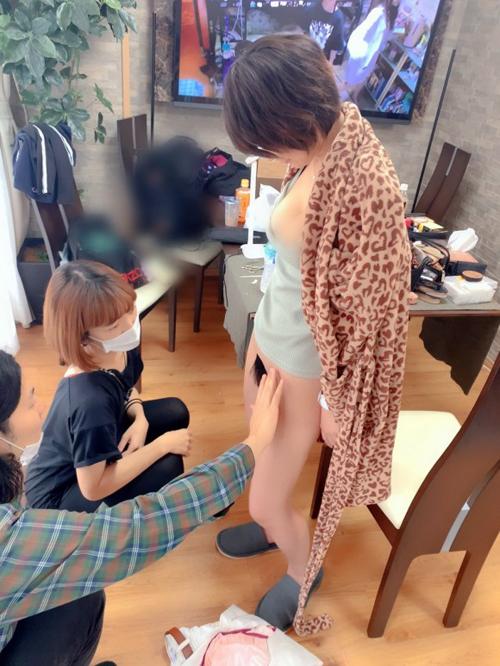 AV女優・深田結梨さん、撮影前にマン毛調整する