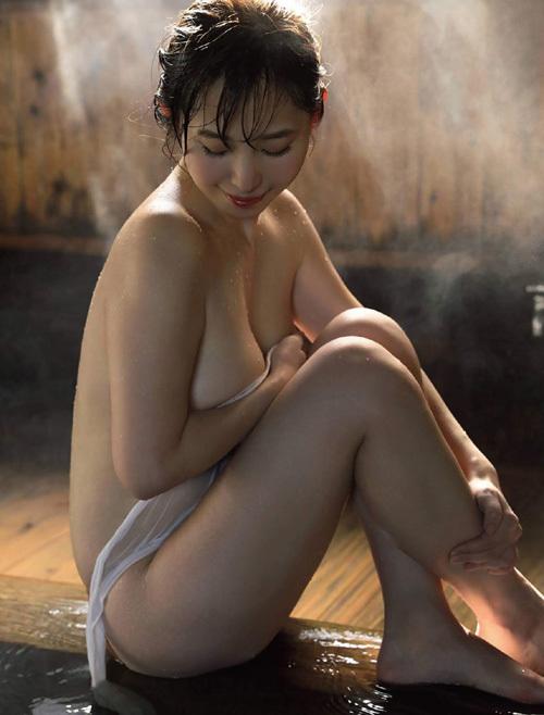 塩地美澄アナの巨乳フィットネスと全裸セミヌード