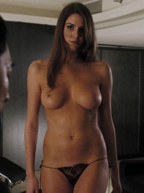 映画「ローグアサシン」で色黒のお姉ちゃんの乳首モロ