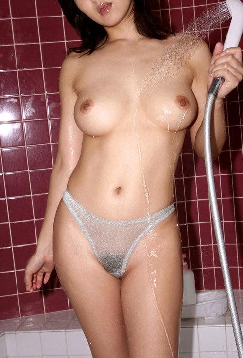 シャワーの水で濡れ濡れのおっぱいに興奮する3