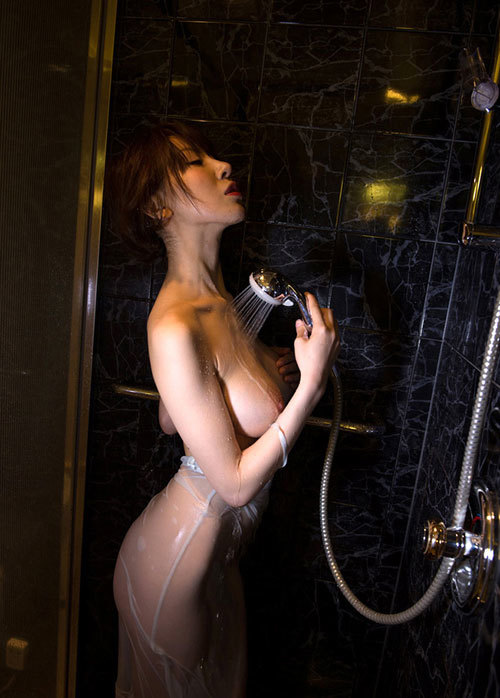 シャワーの水で濡れ濡れのおっぱいに興奮する4