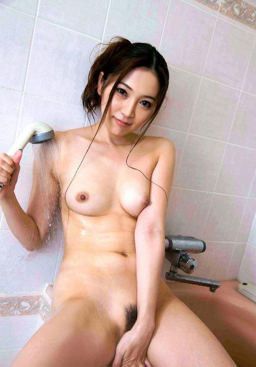 シャワーの水で濡れ濡れのおっぱいに興奮する26