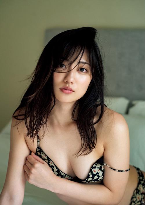 奥山かずさ 正統派美人女優のエッチなグラビア画像